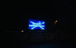P8 hirdetőfal este